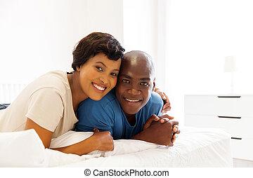 ung, afrikansk, gift par, lägga på blomsterbädd