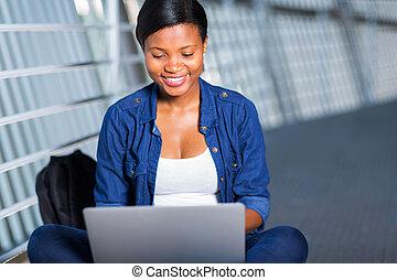 ung, afrikansk, högskola, flicka, användande laptop, dator