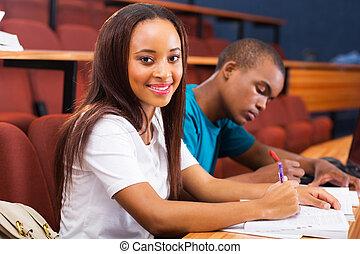 ung, afrikansk, högskola studerande, in, klassrum