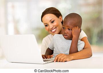ung, afrikansk kvinna, användande laptop, med, henne, son