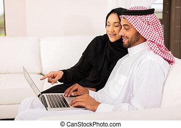 ung, arab, par, användande laptop, dator