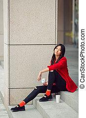 ung, asiatisk kvinna, äta, snabbmat, utomhus