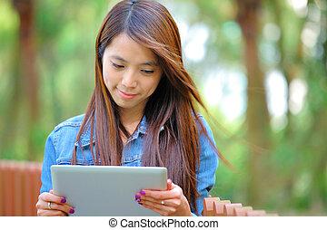 ung, asiatisk kvinna, med, kompress, dator, utomhus