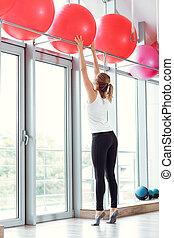 ung, atletisk, kvinna, tagande, röd, lämplighet kula, in, gymnastiksal