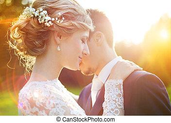 ung, bröllop par, på, sommar, äng