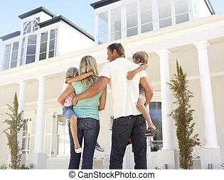 ung familie, beliggende, udenfor, drøm hjem
