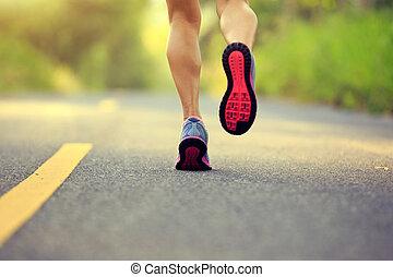 ung, fitness, kvinna, gångmatta, ben, spring, på, skog, skugga