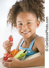 ung flicka, äta, grönsakers bunke, in, vardagsrum, le