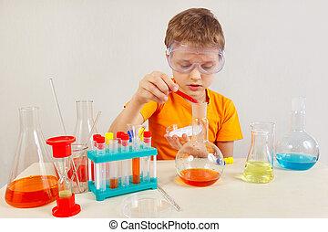 ung, forskare, in, säkerhetsgoggles, studierna, kemisk, praktik, in, laboratorium