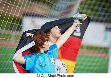 ung, fotboll spelare, med, pris, och, flagga
