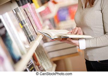 ung, högskola studerande, in, a, bibliotek