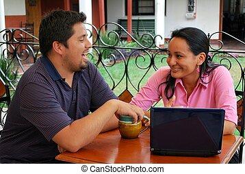 ung, hispanicen kopplar ihop, användande, a, laptopdator