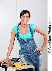 ung kvinde, beliggende, af, workbench, hjem hos