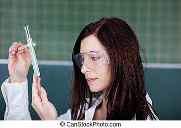 ung kvinde, checking, på, en, kemisk reaktion