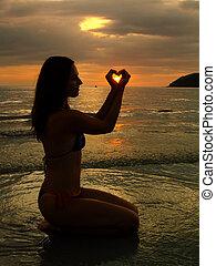 ung kvinde, formning, hjerte, hos, hende, hænder, hos, solnedgang, langkawi, ø, malaysia, sydøst asien
