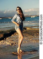 ung kvinde, gå, hos, strand