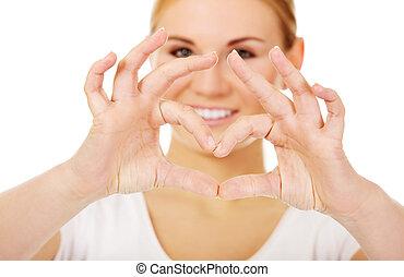 ung kvinde, indgåelse, hjerte form, hos, hende, hænder