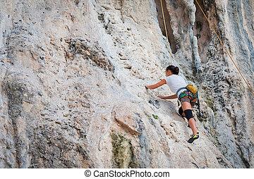 ung kvinde, klatr rokk, på hvide, bjerg