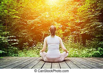 ung kvinde, mediter, ind, en, forest., zen, meditation, sunde, åndedræt