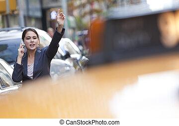 ung kvinde, på, celle telefon, nedstamm, en, gul taxi cab