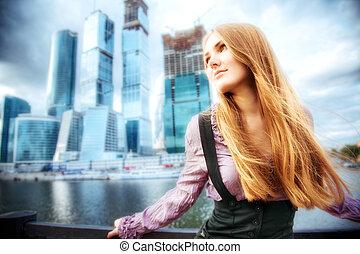 ung kvinde, på, moderne, byen, baggrund
