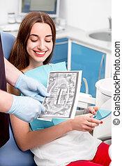 ung kvinde, patient, besøge, tandlæge, ind, den, dentalt kontor