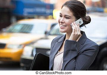 ung kvinde, tales celle telefon, af, gul taxi