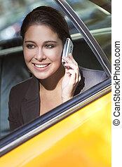 ung kvinde, tales celle telefon, ind, gul taxi