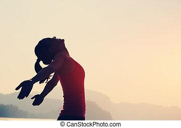 ung kvinna, öppen beväpnar, kust