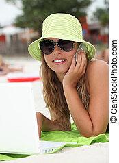 ung kvinna, användande, teknologi, stranden