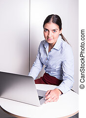 ung kvinna, arbeta dator, hos, kontor