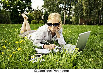 ung kvinna, arbete, utanför, på, dator, och, supande kaffe