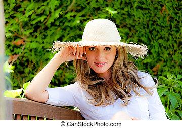ung kvinna, avkopplande, i trädgården, hos