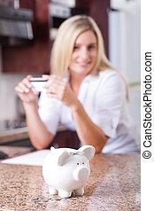 ung kvinna, besparingpengar
