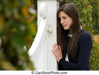 ung kvinna, deprimerat, och, ensam, stå ensam, utomhus