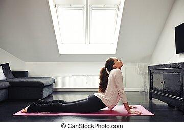 ung kvinna, exercerande, på, golv