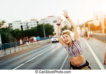 ung kvinna, försökande, till, fånga, a, taxi