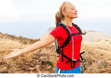 ung kvinna, gångmatta, in, mountains