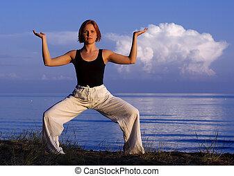 ung kvinna, gör, yoga, utanför