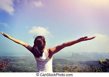 ung kvinna, glädjande, öppen beväpnar
