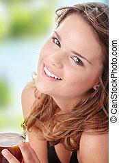 ung kvinna, in, bikini, drickande, is te