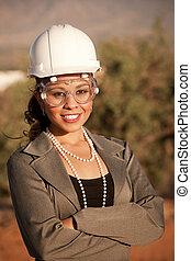 ung kvinna, in, hård hatt, och, säkerhetsgoggles
