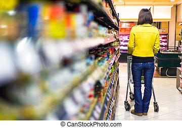 ung kvinna, inköp, in, den, supermarket