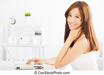 ung kvinna, laptop, le, asiat