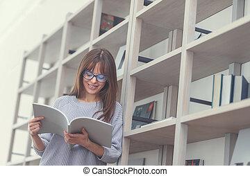 ung kvinna, med, a, bok