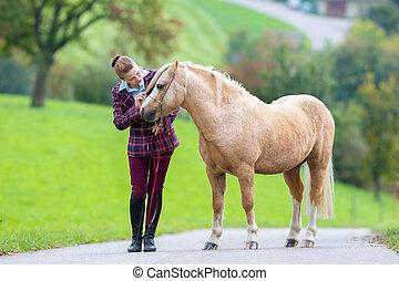 ung kvinna, med, häst