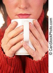ung kvinna, med, kopp, in, räcker