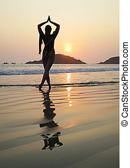 ung kvinna, meditera, på, palolem, strand., syd, goa, indien