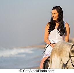 ung kvinna, ridande, a, häst, på, strand