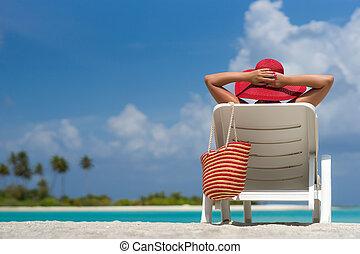 ung kvinna, solbada, på, lätting, hos, tropical strand